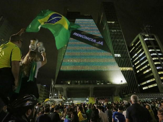 Manifestantes protestam na Avenida Paulista, em São Paulo, depois da nomeação do ex-presidente Luiz Inácio Lula da Silva como ministro-hefe da Casa Civil, no governo de Dilma Rousseff. O prédio da Fiesp passou a exibir a frase: 'Renúncia já' (Foto: Nelson Antoine/Frame/Estadão Conteúdo)