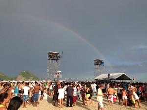 Depois de chuva leve, arco-íris é visto em Copacabana antes do Réveillon. (Foto: Kathia Mello/G1)