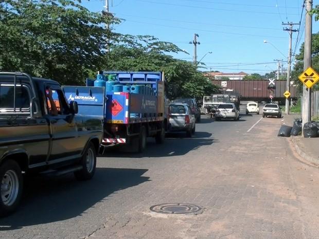 Incidente com trem deixou trânsito parado no local por mais de uma hora (Foto: Rodrigo Facundes/EPTV)