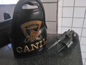 Após busca na casa do menor os guardas econtraram um revólve calibre 32 com numeração raspada (Foto: Divulgação/ Guarda Muncipal de Tatuí)