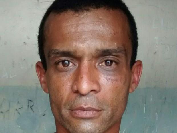 Suspeito foi preso em flagrante no centro de Vicente de Carvalho, em Guarujá, SP (Foto: G1)