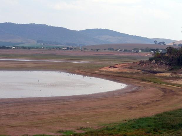 Imagem mostra seca na Represa de Furnas em Alfenas; lago está com 13,80% de seu volume útil (Foto: Samantha Silva / G1)