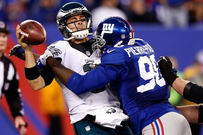 Jason Pierre-Paul bloqueando Mark Sanchez, em jogo do New York Giants contr ao Philadelphia Eagles na NFL (Foto: Getty Images)