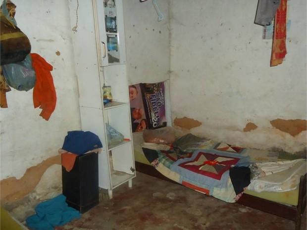 Homens dormiam em um quarto que ficava trancado (Foto: São Fidélis Notícias / Vínícius Cremonez)