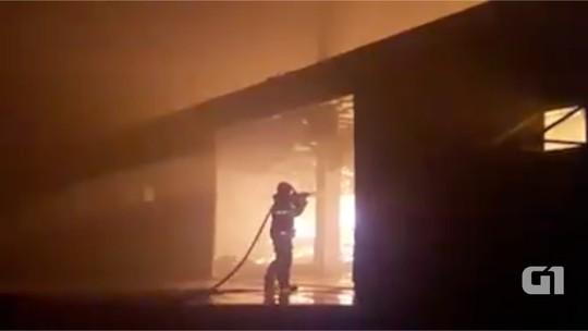 Incêndio atinge galpão na região central de Cruzeiro, SP