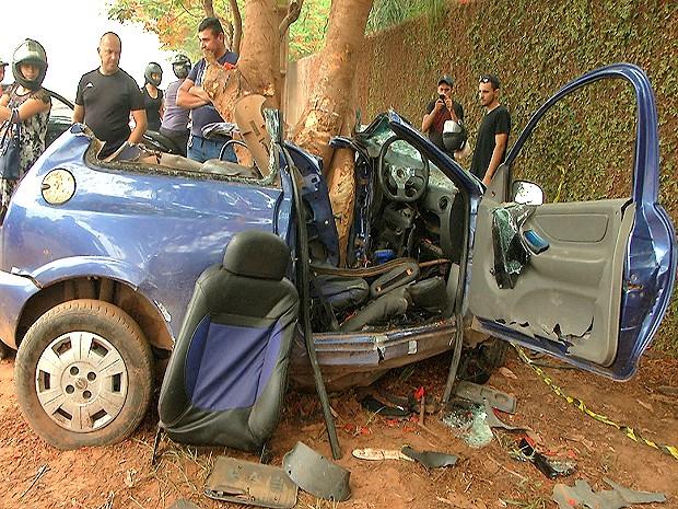 Violência do impacto partiu o automóvel ao meio (Foto: Francisco Cordeiro / TV Mirante)