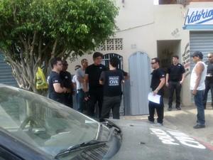 Policiais cumprem mandados no bairro Santos Reis (Foto: Michelly Oda / G1)