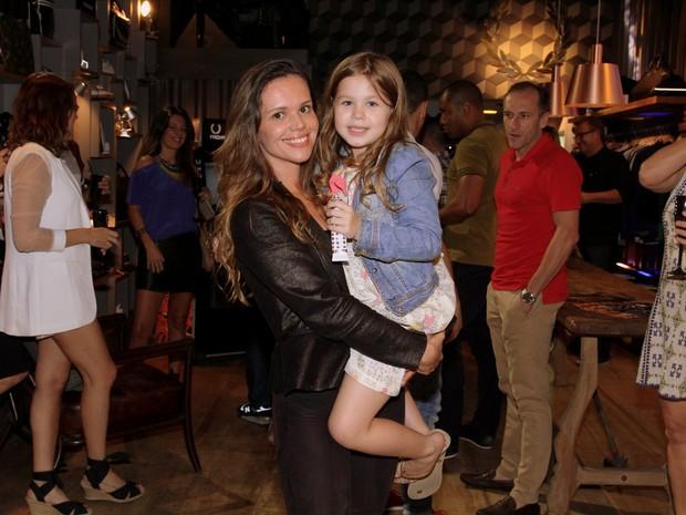 Viviane Victorette e a filha, Júlia, em evento na Zona Sul do Rio (Foto: Alex Palarea/ Ag. News)