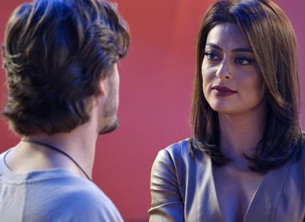 Carolina coloca Rafael contra a parede e pergunta sobre Lili