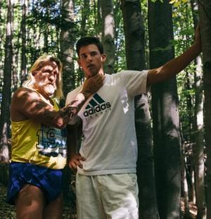 Dominic Thiem com Sepp Resnik na floresta (Foto: Reprodução / Fleisch Magazin)