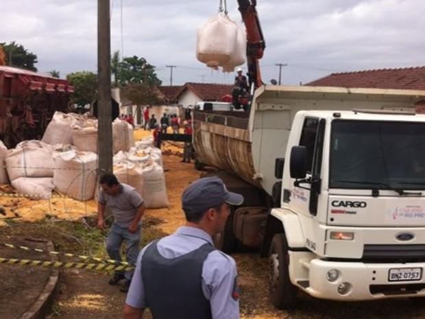 Carga é retirada de local do acidente (Foto: Jessâmine Barbosa / G1)