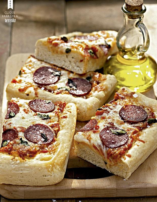 Nesta versão da pizza italiana de rua, a massa cresce duas vezes: depois da primeira sova e mais uma vez, já espichada na assadeira (Foto: StockFood / Gallo Images Pty Ltd.)