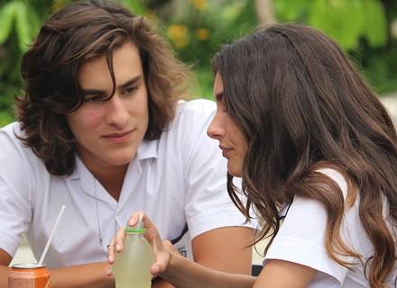 Glauco pensa que Luciana deu mole para ele e conta para Alina