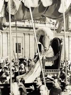 O Papa João XXIII chega à Basílica de São Pedro, no Vaticano, em 11 outubro de 1962, durante a abertura da primeira sessão do Concílio Ecuménico do Vaticano ou Vaticano II (Foto: AFP)