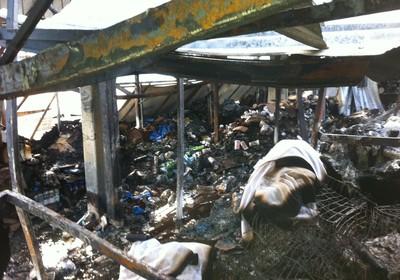 Local onde ficava o estoque da loja, agora destruído pelo fogo (Foto: Marco Zanni)