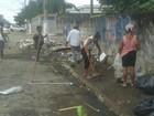 Moradores fazem mutirão para limpar bairro em Praia Grande, SP