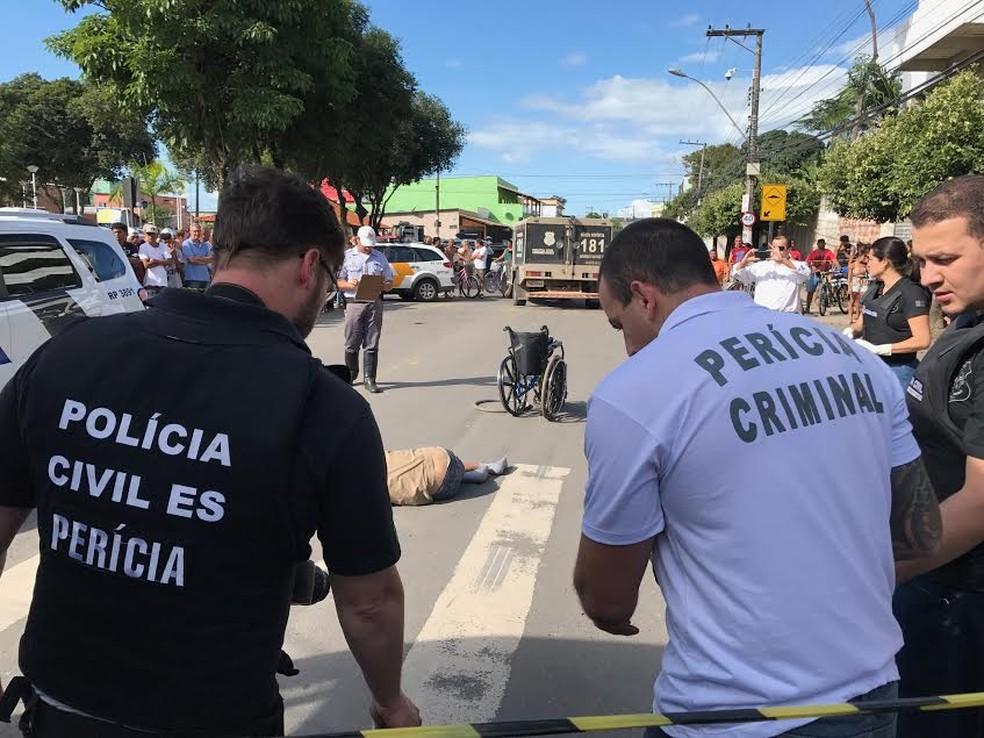 Corpo de cadeirante ficou em cima da faixa de pedestres (Foto: Leandro Tedesco/ TV Gazeta)