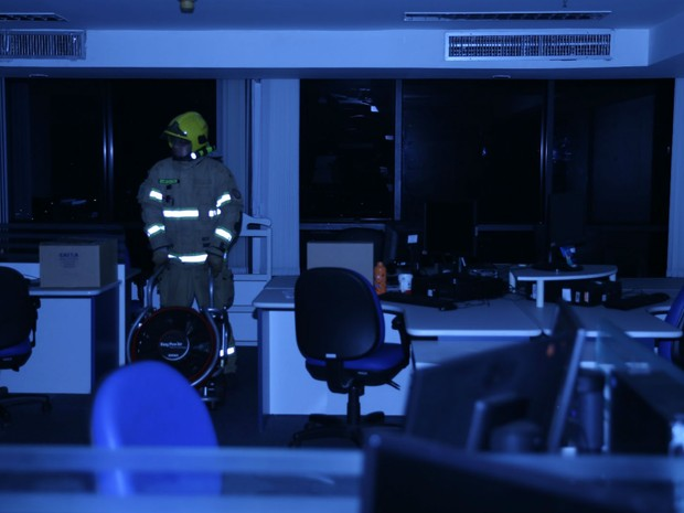 Bombeiros entram na sala da Caixa para combater incêndio  (Foto: CBMDF/Divulgação)