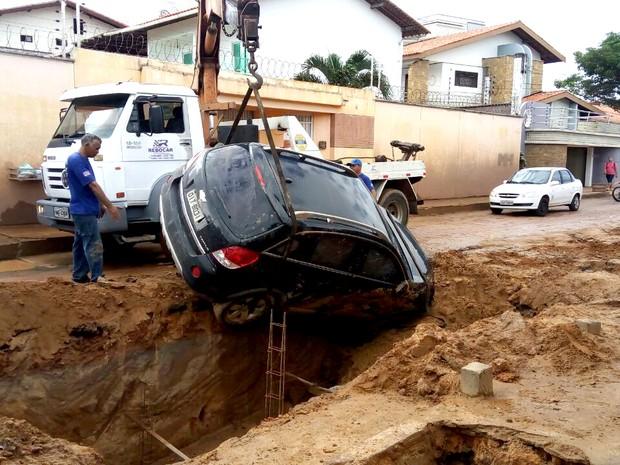 Automóvel é retirado de 'cratera' aberta em obra (Foto: Danilo Quixaba/Mirante AM)