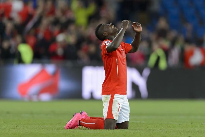 Breel Embolo comemora vitória da Suíça (Foto: FABRICE COFFRINI / AFP)