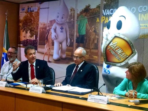 O ministro Arthur Chioro (ao microfone), gestores do Ministério da Saúde e personagem 'Zé Gotinha' durante lançamento da campanha de vacinação contra poliomielite (Foto: Mateus Rodrigues/G1)