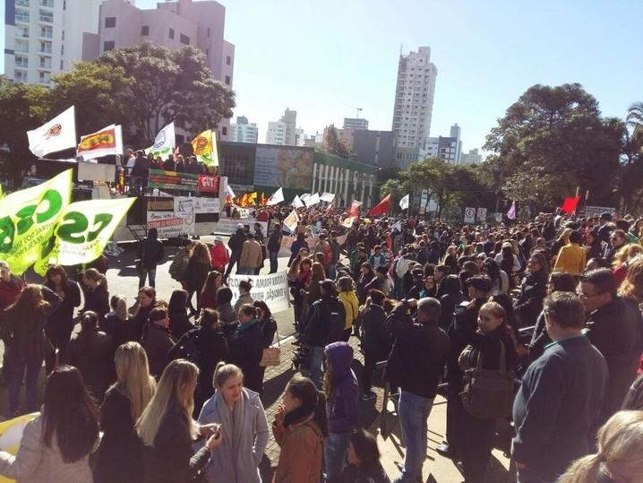 Entre 600 e 800 pessoas se reuniram na Praça Coronel Bertaso, no Centro da cidade de Chapecó, conforme a Polícia Militar.