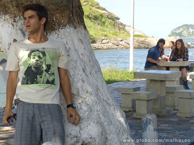 Essa foi por pouco, hein Gil! Quase que o Sal vê o grafiteiro tirando um monte de foto... (Foto: Malhação / Tv Globo)