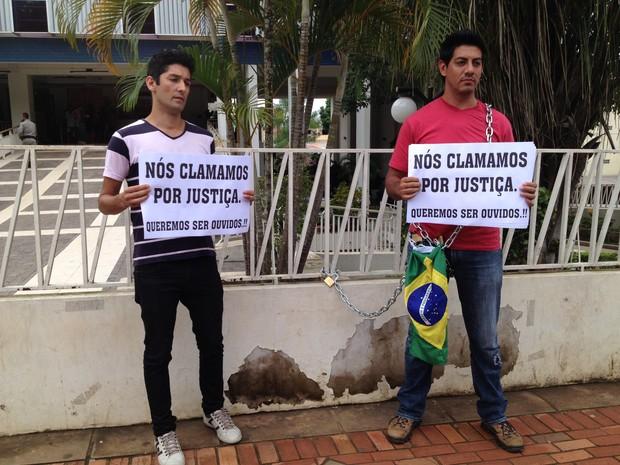 Marcos e Aerci vieram de Santa Catarina pedir liberação da Telexfree (Foto: Rayssa Natani/ G1)