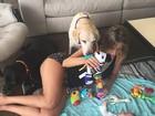 Luisa Mell se diverte com filho e cachorros