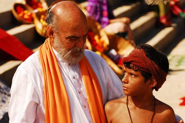 Shankar (Lima Duarte) defende Bahuan por acreditar que todos são iguais perante Deus (Foto: CEDOC Globo)