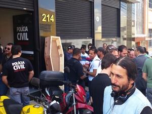 Policiais se concentraram em frente à sede do sindicato em Belo Horizonte.  (Foto: Pedro Triginelli/ G1)