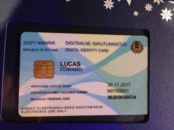 Britânico ganha primeira identidade eletrônica do mundo