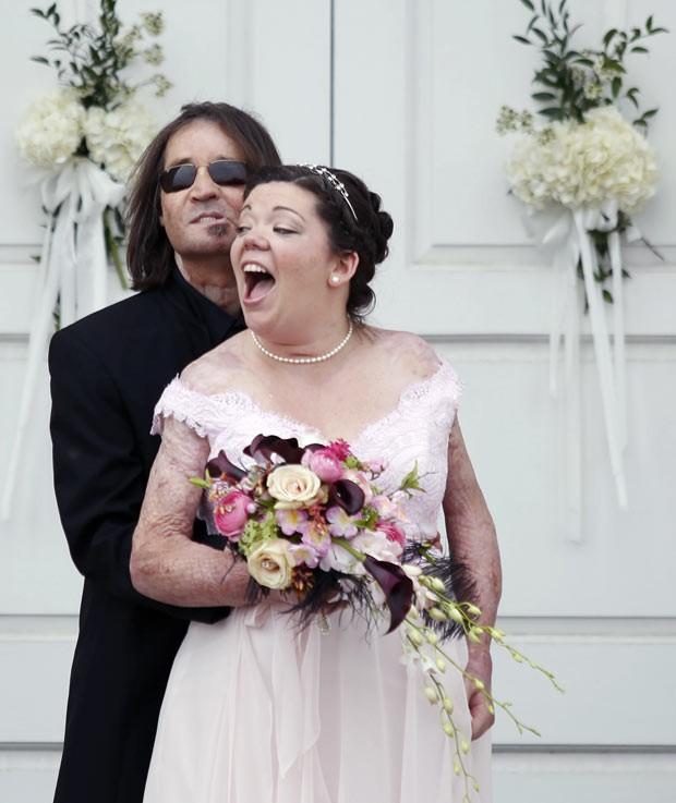 Dallas Wiens e Jamie Nash comemoram durante sua festa de casamento neste sábado (30) no Texas (Foto: AP Photo/The Dallas Morning News, Ian C. Bates)
