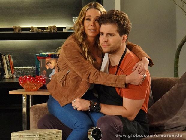 Amarilys se faz de coitada e consegue comover Niko (Foto: Amor à Vida/TV Globo)