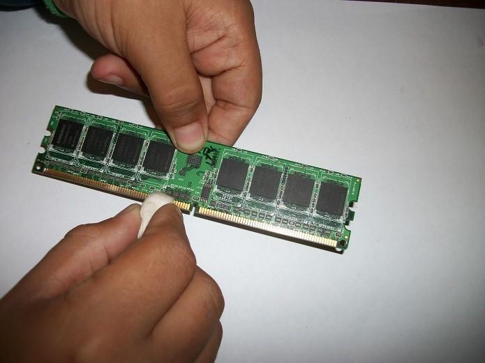 Limpando memória RAM com borracha (Foto: Reprodução/YouTube)