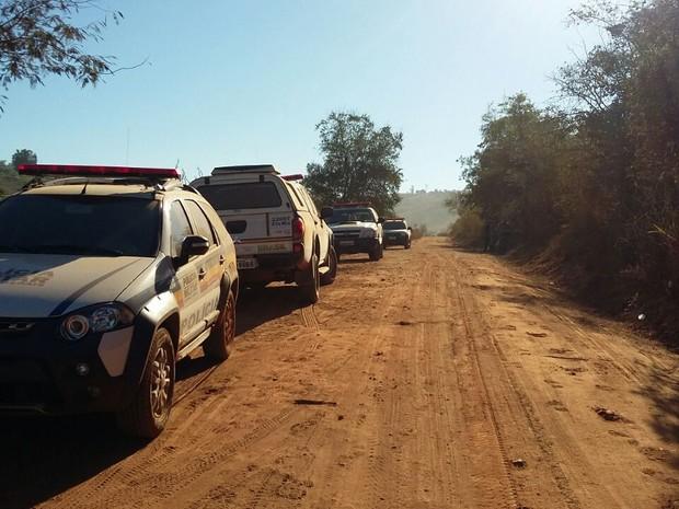 Polícia procura por criminosos em matagal no distrito de São Vitor, em Governador Valadares (MG). (Foto: Ana Carolina Magalhães/Arquivo Pessoal)