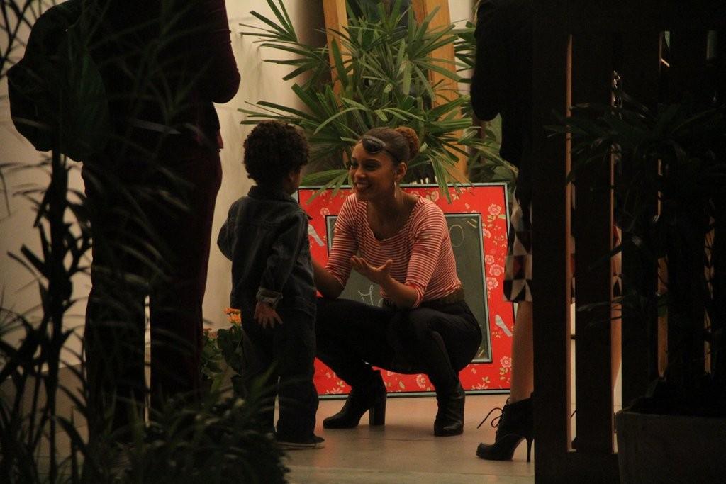 Tais brinca com Manuel, filho de Maria Padilha (Foto: Ag News)