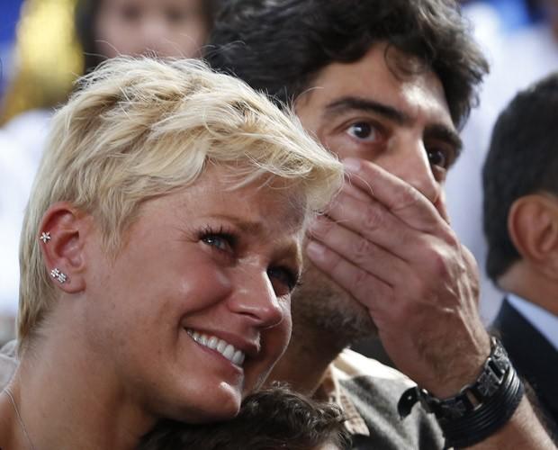 Xuxa e Junno se emocionam com a comemoração (Foto: Artur Meninea / Gshow)