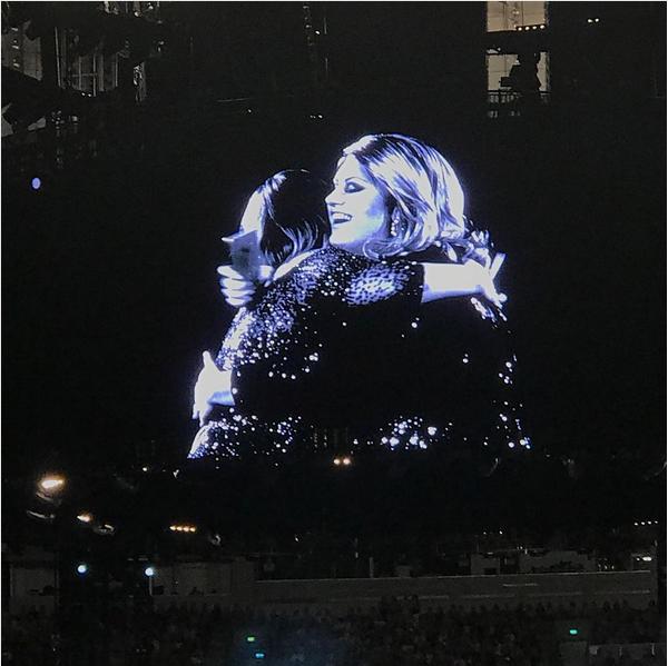A cantora Adele com sua fã no show na Austrália (Foto: Instagram)