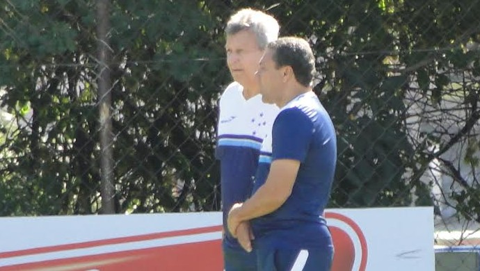 Vanderlei Luxemburgo e Raul Plassmann observam treino no Cruzeiro (Foto: Lucas Borges)