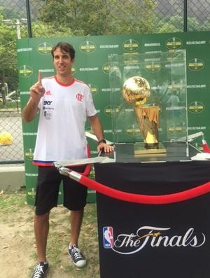Marcelinho posa com a taça da NBA na Lagoa (Foto: Amanda Kestelman)