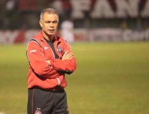 Técnico Jorginho, do Atlético-PR, no banco de reservas (Foto: Gustavo Oliveira/Site Oficial do Atlético-PR)