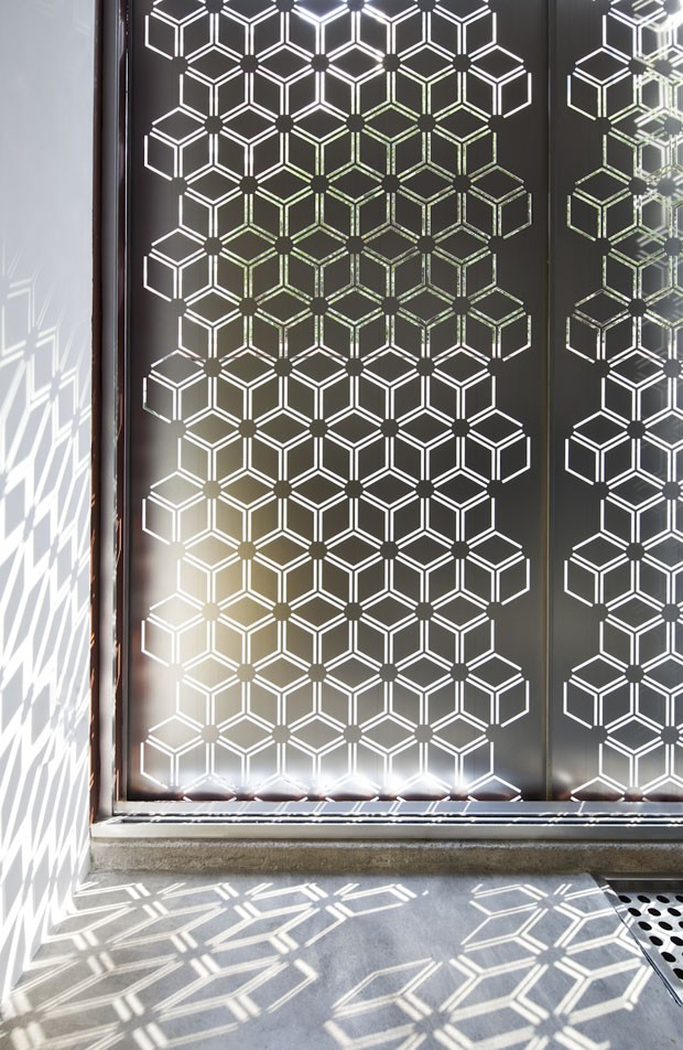 Chapas metálicas perfuradas criam lindo jogo de luz e sombra nesta casa