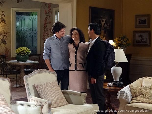 A socialite se emociona com os dois netos (Foto: Sangue Bom/ TV Globo)