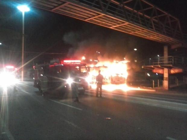 Ônibus foi incendiado por traficantes (Foto: Jacqueline Martins)