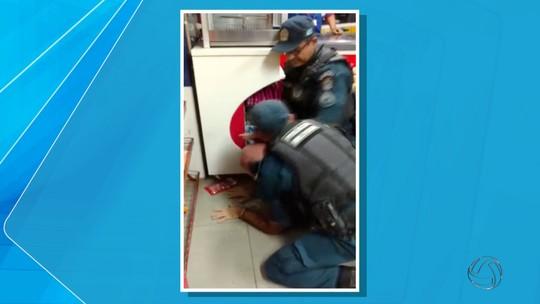 Policiais usam 'mata leão' para retirar cliente de lanchonete em MS