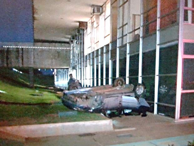Carro que caiu no fosso do Congresso Nacional, em Brasília (Foto: Reprodução/TV Globo)
