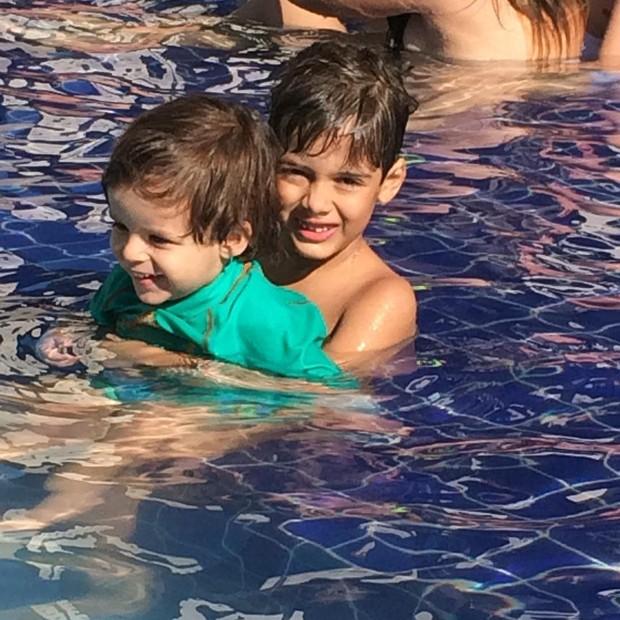 O carinho dos irmãos Bernardo e João Gabriel (Foto: Reprodução/Instagram)
