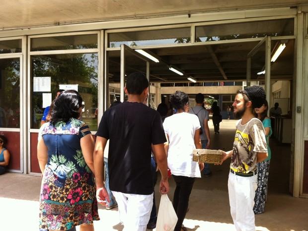Candidatos da Fuvest na porta de entrada da Poli-USP antes da prova desta segunda-feira (Foto: Ana Carolina Moreno/G1)