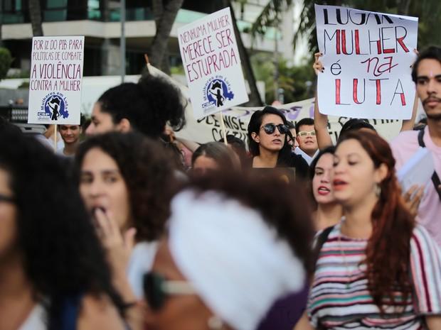 Mulheres gritaram palavras de ordem durante passeata (Foto: Jonathan Lins/G1)